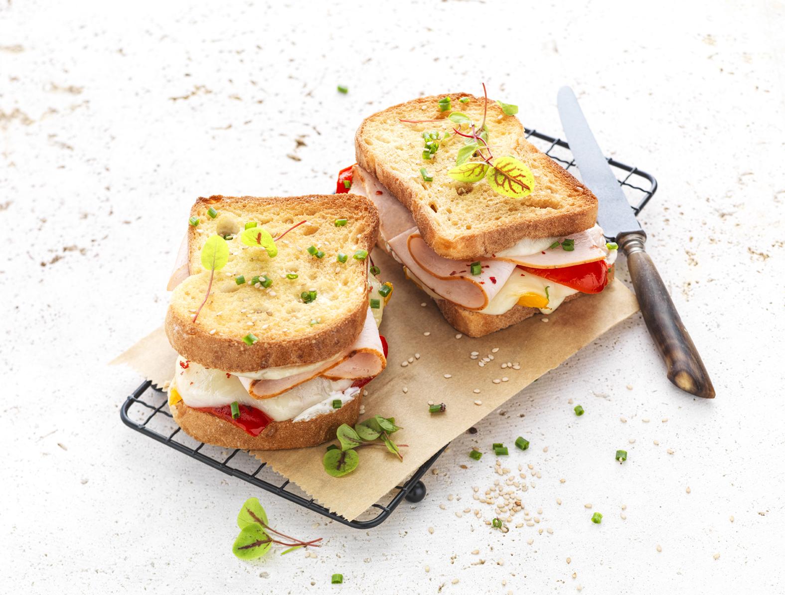 Croque-monsieur au blanc de poulet, poivrons à l'huile et mozzarella - Le Gaulois