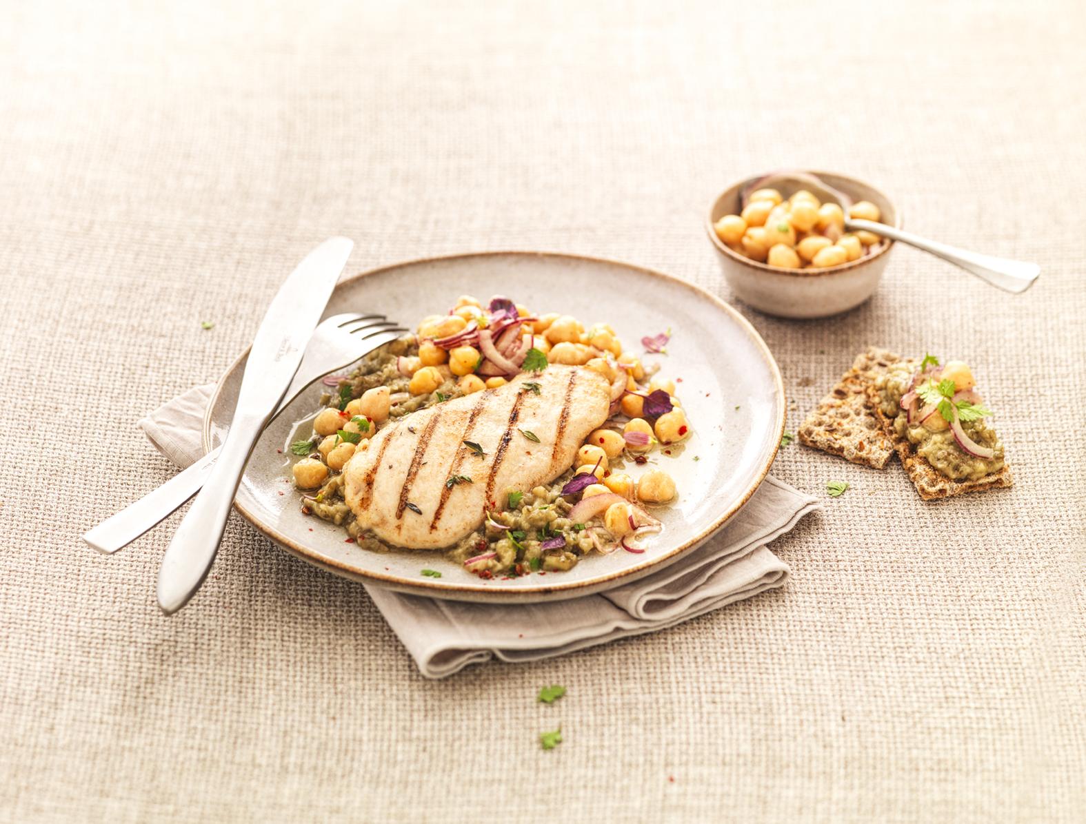 Escalopes de poulet grillé, caviar d'aubergine et salade de pois chiches