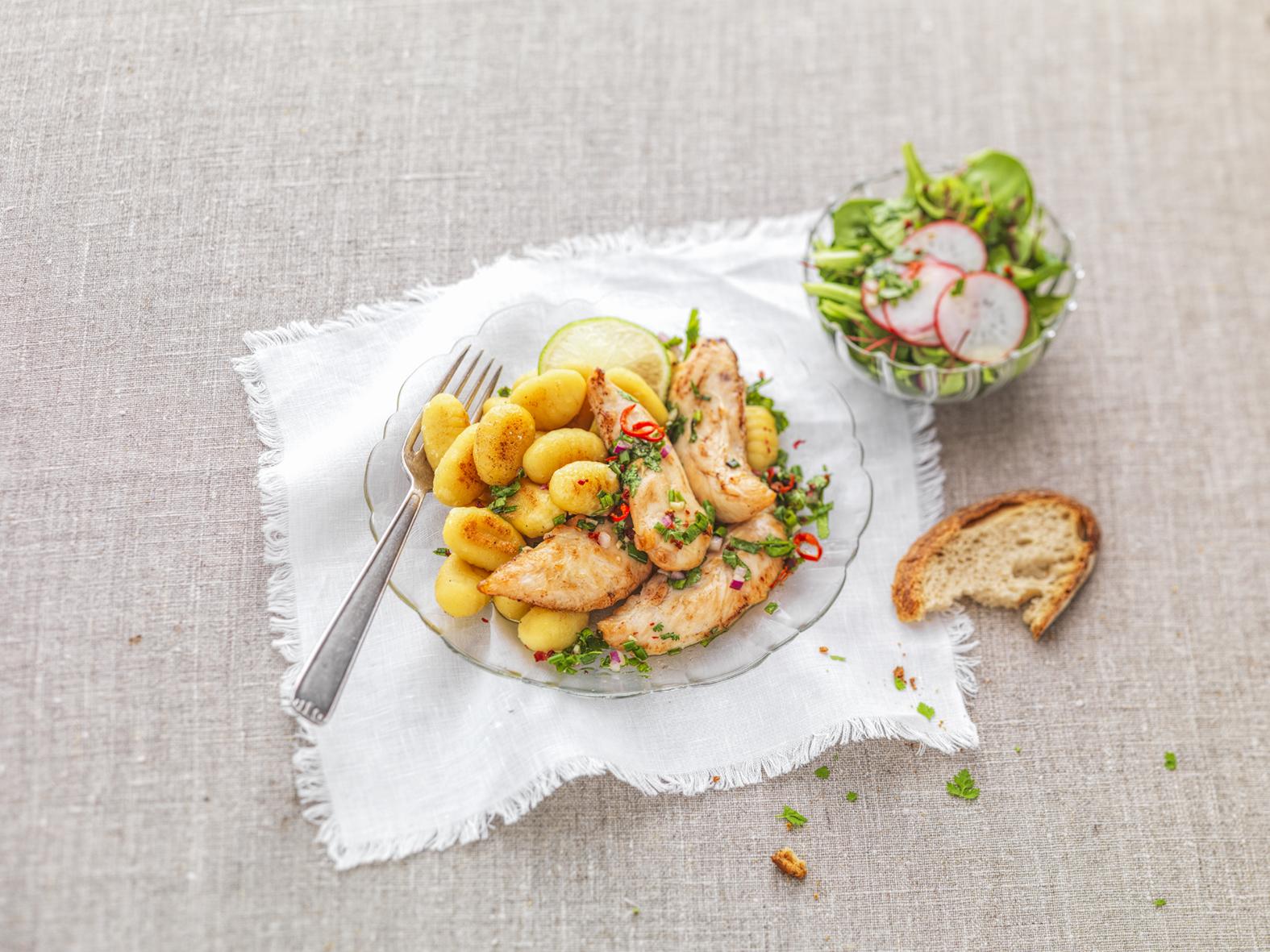 Aiguillettes de poulet rôti et gnocchis sauce aux herbes