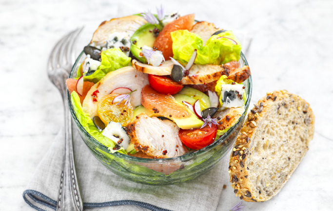 Tonic salade aux Émincés de filet de poulet rôti